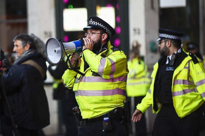 """Общество: Полиция Лондона перекрыла Тауэрский мост из-за неизвестного """"альпиниста"""""""