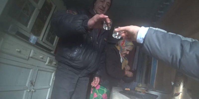 Общество: Британец отправился в Чернобыль, где встретился с 92-летней бабушкой и ее сыном. Они выпили с ним водки и угостили оладьями — видео