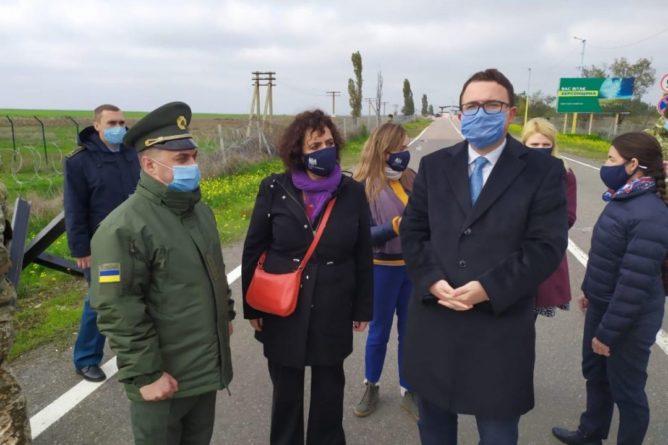Общество: Посол Великобритании посетила пункт пропуска на админгранице с Крымом