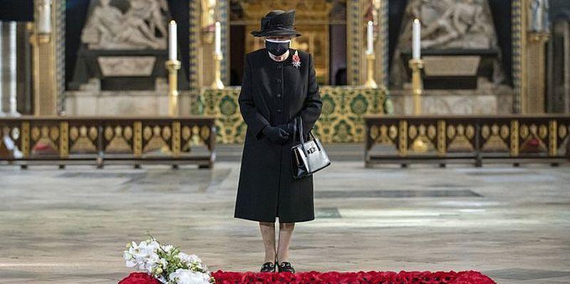 Общество: Елизавета II посетила Вестминстерское аббатство в Лондоне. Фото королевы в маске - ТЕЛЕГРАФ