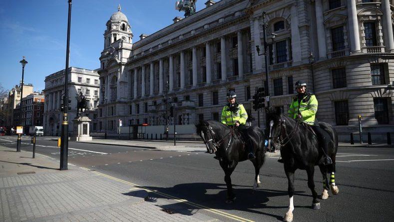 Общество: Неизвестный на автомобиле протаранил полицейский участок в Лондоне