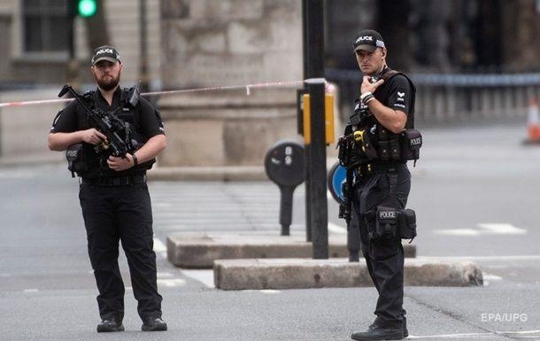 Общество: В Лондоне неизвестный протаранил на автомобиле здание полицейского участка
