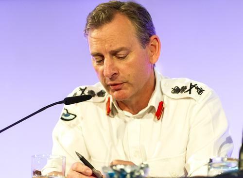 Общество: Начальник главного штаба сухопутных сил Британии выпрыгнул с вертолета на учениях и его потеряли