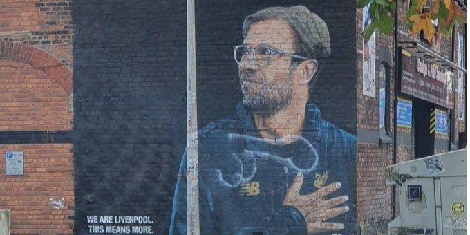 Общество: Дорисовали гениталии. В Британии испортили граффити с главным тренером Ливерпуля