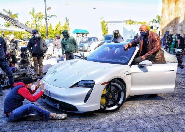 Общество: Дуэйн «Скала» Джонсон не смог влезть в Porsche на съемках фильма