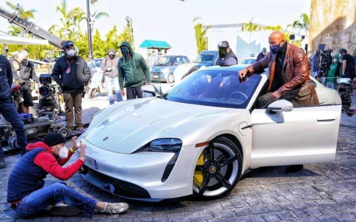Общество: Дуэйн «Скала» Джонсон полез в новый Porsche... и не поместился