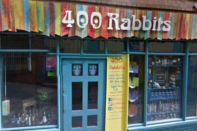"""Общество: В Британии владелец бара """"обиделся"""" на введенные ограничения и предложил посетителям стать прихожанами новой церкви """"400 кроликов"""""""
