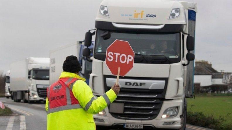 Общество: Водители устраивают стычки с полицией на границе Франции и Британии