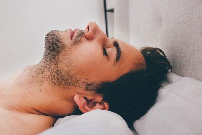 Общество: Принявший COVID-19 за проблемы с желудком англичанин умер во сне