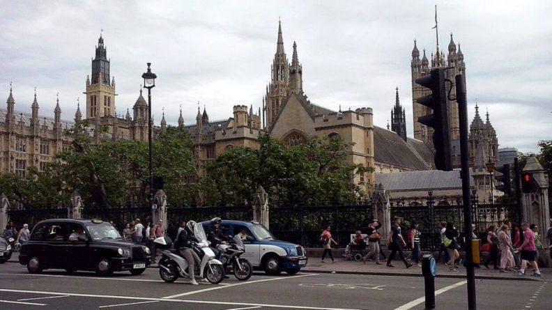Общество: Очевидцы сообщили о столбе дыма над Вестминстерским дворцом в Лондоне