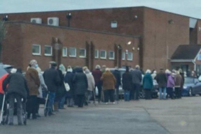 Общество: В Великобритании очередь пенсионеров за вакциной восприняли за вечеринку и вызвали полицию