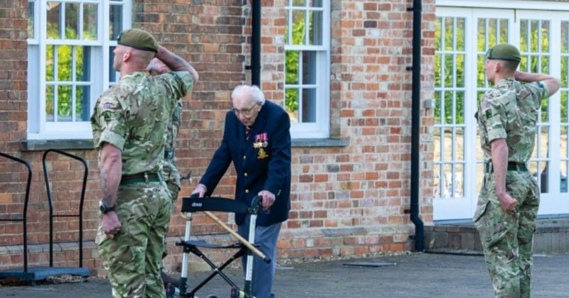 Общество: В Великобритании умер 100-летний ветеран Том Мур, которого Елизавета II посвятила в рыцари
