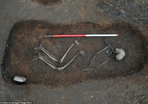 Общество: Археологи обнаружили в Британии загадочное захоронение, которому 1,5 тыс. лет: фото