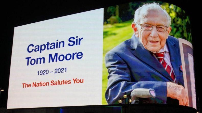 Общество: В Великобритании почтили память ветерана Тома Мура, собравшего миллионы фунтов для медиков