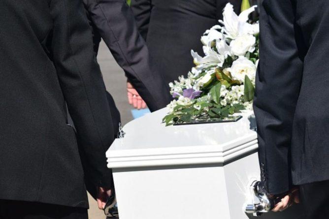 Общество: Из-за высокой смертности от COVID-19 владельцы похоронных бюро в Британии жалуются на нехватку мест для тел