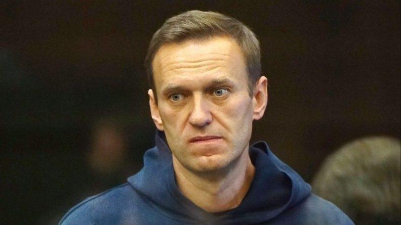 Общество: Дипломат из Британии пришел к зданию суда, где будет слушаться дело Навального