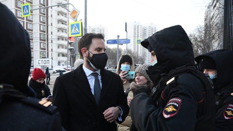 Общество: Сотрудник посольства Великобритании прибыл в суд на заседание по Навальному