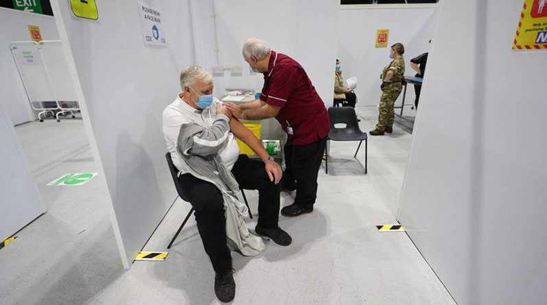 Общество: В Британии менее 1% пациентов сообщили о побочных эффектах после вакцинации