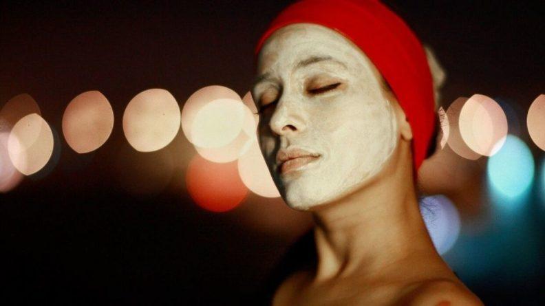 Общество: Британка сделала маску из куркумы и несколько дней ходила с пожелтевшим лицом