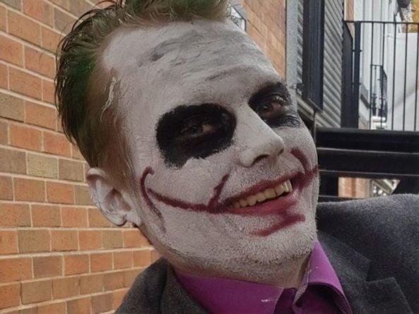 """Общество: В Англии фанат """"Джокера"""" получил 16 лет тюрьмы. Он сбросил шар для боулинга на человека, поджег себя и выпрыгнул из окна"""