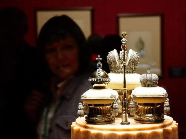 """Общество: В Эрмитаже проходит выставка Фаберже. Эксперт из Лондона заявил, что часть предметов – """"вульгарные новоделы"""""""