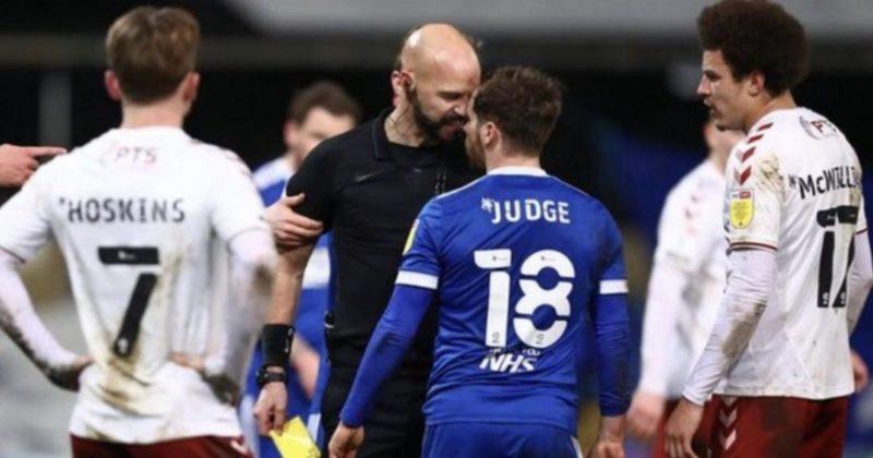 Общество: В Англии судья едва не подрался с футболистом, дав отпор разозленному игроку (видео)