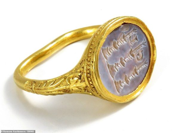 Общество: В Британии обнаружили старинное кольцо с золотой печатью - хранит большую тайну: фото