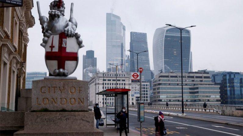Общество: Власти Великобритании понизили уровень угрозы от коронавируса в стране