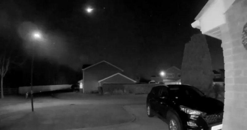 Общество: Жители Великобритании запечатлели падение крупного метеорита (фото и видео)