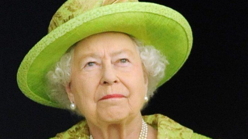 Общество: Биограф объяснил, из-за чего королева Великобритании терпит выходки Гарри