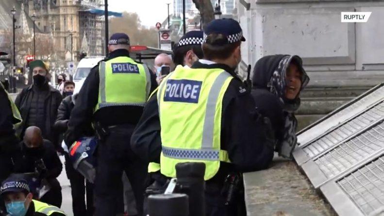 Общество: Массовые столкновения и задержания на протестной акции в Лондоне — видео