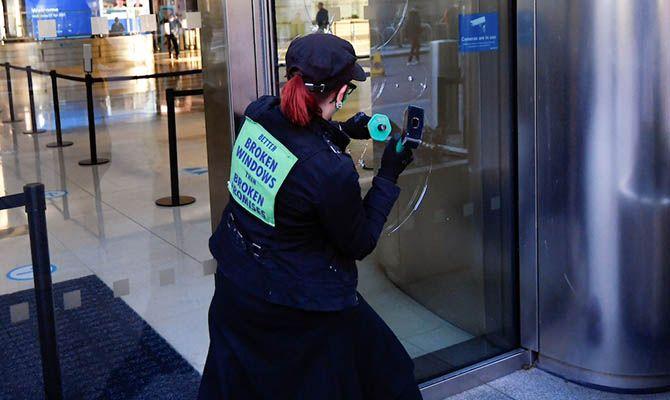 Общество: Экоактивисты в Лондоне разбили окна банка Barclays