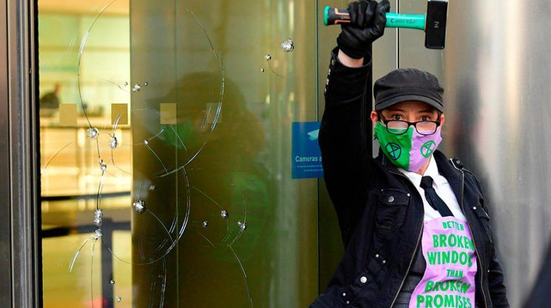 Общество: В Лондоне экоактивисты разбили окна банка Barclays, 7 человек задержаны