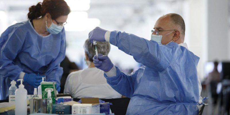 Общество: В Британии после прививки AstraZeneca из-за образования тромбов умерли 19 человек