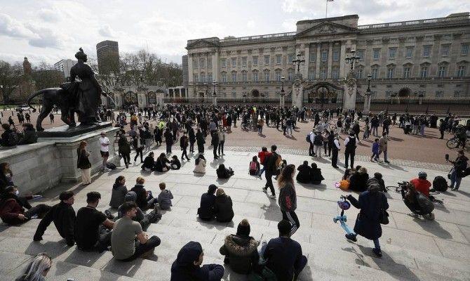 Общество: Британцы собираются у Букингемского дворца, чтобы почтить память принца Филипа