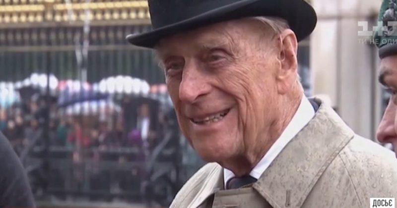 Общество: Тротуар у Букингемского дворца в цветах: в Лондоне прощаются с принцем Филиппом