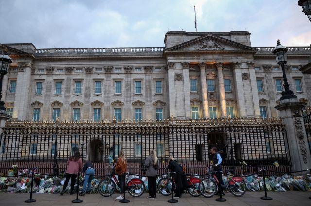 Общество: Жители Лондона несут цветы к Букингемскому дворцу в память о принце Филиппе