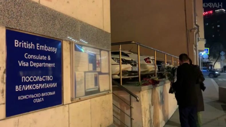 Общество: Москвичи несут цветы к посольству Великобритании