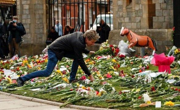 Общество: Британцы, желающие почтить память принца Филиппа, столкнулись с проблемой из-за COVID