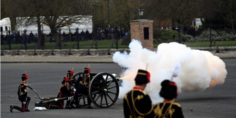 Общество: Наряду с Черчиллем и королевой Викторией. Британия почтила память принца Филиппа серией оружейных залпов — фото, видео