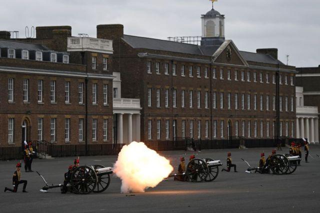 Общество: В Великобритании память принца Филиппа почтили орудийным салютом