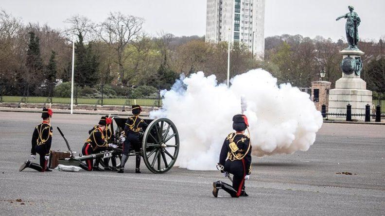 Общество: В Британии почтили память принца Филиппа оружейным залпом из пушек