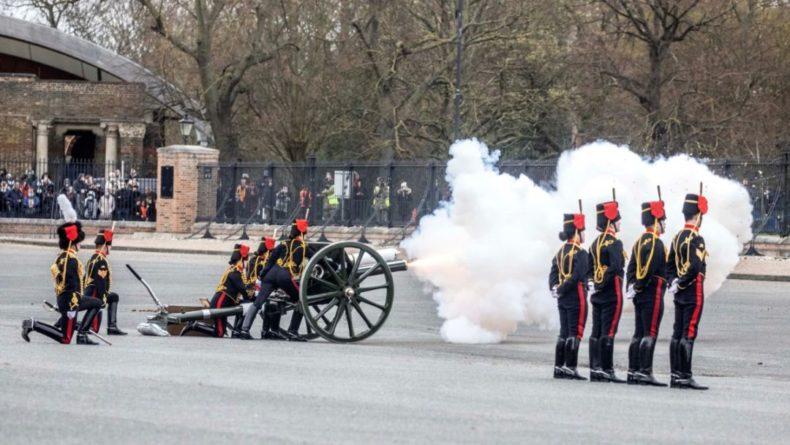Общество: Британия почтила память принца Филиппа артиллерийским салютом