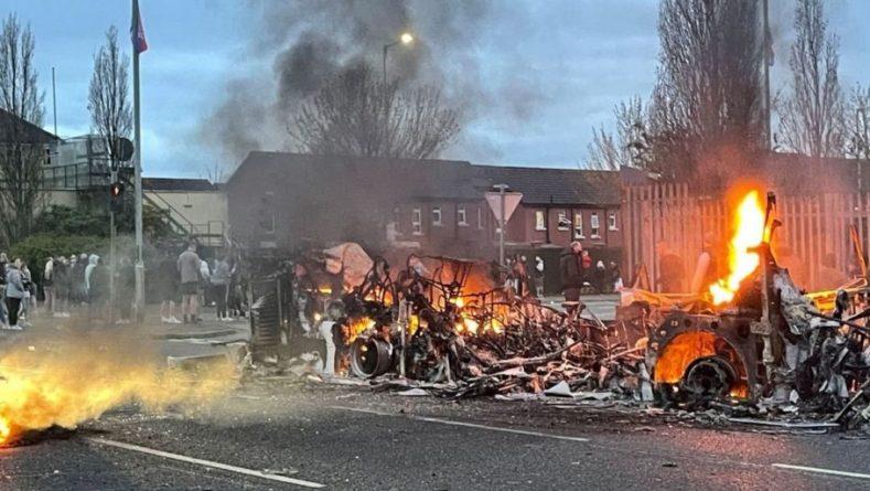 Общество: Из-за беспорядков в Северной Ирландии туда выехали силовики из Британии