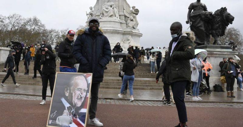 Общество: В Великобритании продолжается траур по умершему принцу Филиппу