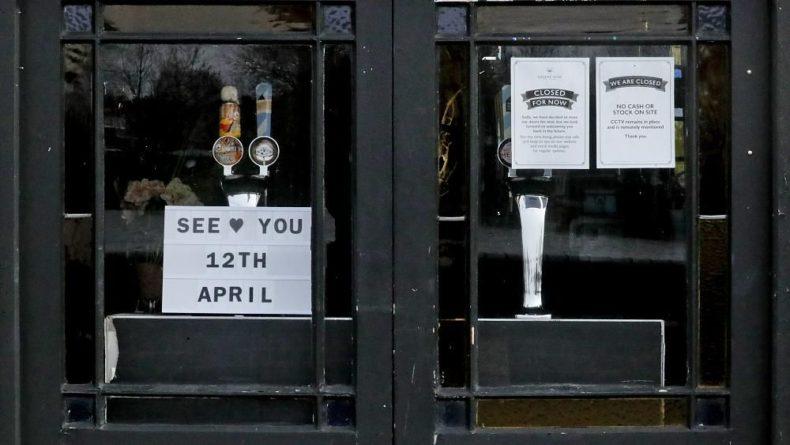 Общество: Кружка пива на столе: в Англии открылись пабы и рестораны