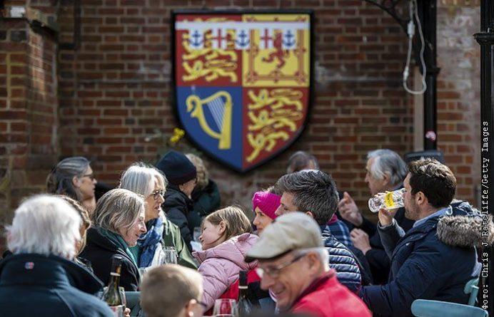 Общество: В Англии скопились очереди в пабы после снятия ограничений из-за COVID