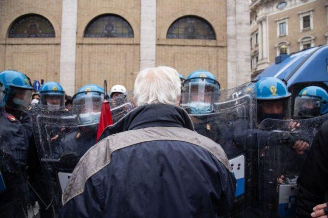 Общество: Ситуация с COVID-19: снятие ограничений в Британии и протесты в Италии