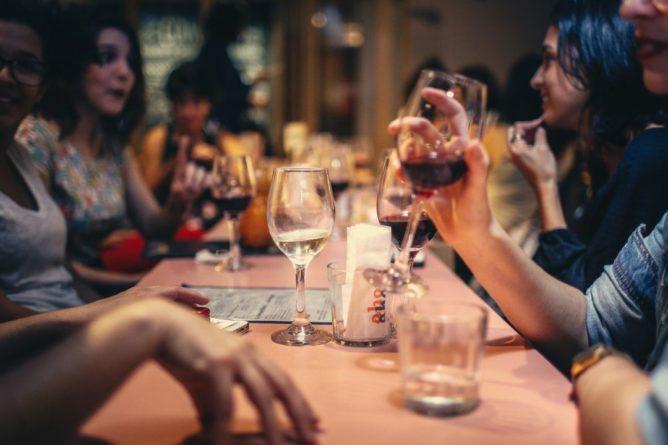 Общество: Рестораны и бары Британии открылись, но все: новые правила для посетителей