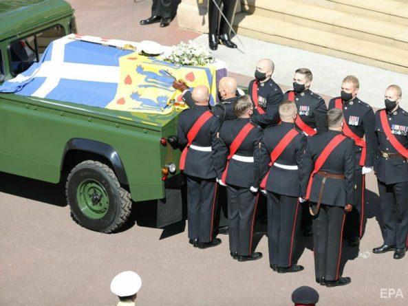 Общество: В Лондоне попрощались с принцем Филиппом. Королева на церемонии сидела одна